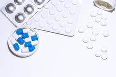 医学,治疗 驱散各种各样的药片抗生素,镇痛药,抗抑郁剂,抗病毒药物,治疗的维生素 库存照片
