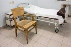 医房内部有床和老椅子的 库存图片