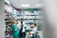 医护人员有偶然讨论在药房 库存图片