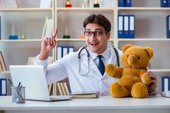 医治拖延在的兽医儿科医生一次考试  免版税库存图片