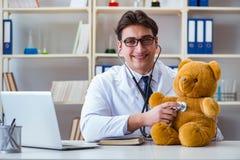 医治拖延在的兽医儿科医生一次考试  库存照片