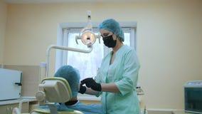 医治stomatologist和患者牙齿办公室、检查和考试的嘴 股票录像
