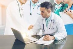 医生与便携式计算机的队会议 免版税库存照片
