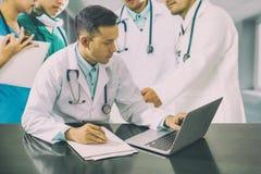 医生与便携式计算机的队会议 免版税图库摄影
