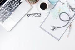 医生与听诊器的书桌桌顶视图  库存图片