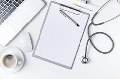 医生与听诊器的书桌桌顶视图  免版税库存照片