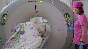 医生举办使用一个地貌的设备的患者的一个身体检查 X线体层照相术 4K