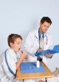 医生产生治疗患者 免版税库存照片