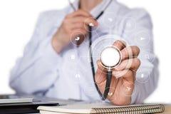 医生听卫生保健结构  图库摄影