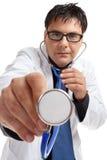 医生听诊器使用 免版税库存图片
