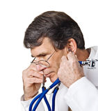 医生听 免版税图库摄影