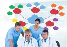 医生和医护人员小组会议有心智图的 免版税库存照片
