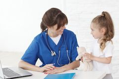 医生和她的小患者 免版税库存照片