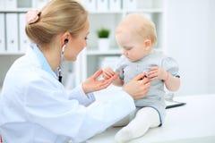 医生和患者在医院 小女孩由有听诊器的儿科医生审查 关心健康医学 库存图片
