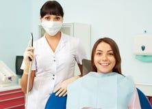 医生和患者在牙科医生的办公室 库存照片
