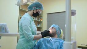 医生和患者牙齿办公室、检查和考试的嘴 股票视频