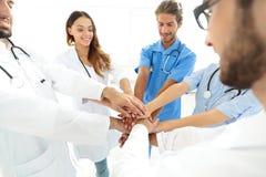 医生和护士堆积手的一个医疗队的 免版税图库摄影