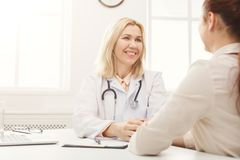 医生咨询的妇女在医院 免版税库存图片