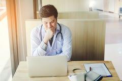 医生在办公室开会工作,考虑疾病prob 库存照片