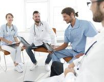 医生在办公室谈论X-射线,坐 免版税库存照片
