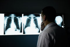 医生在医院在X-射线的考试期间 免版税库存图片