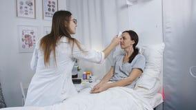 医生在医院病房里举办一名患者的一个常规检查 医生测量温度  影视素材
