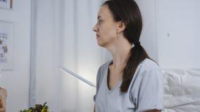 医生在医院病房里询问躺在床上的患者 医生测量患者的温度 影视素材