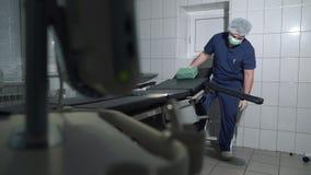 医生在医院调整外科桌 外科医生为手术做准备桌和医疗设备  股票视频