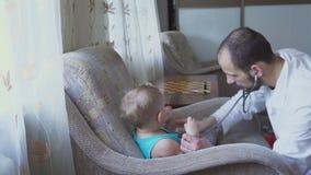 医生在家拜访小患者 婴孩听诊器 影视素材
