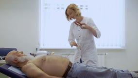 医生在心电图学前准备设备 影视素材