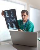 医生复核扫描的mri患者 免版税库存照片