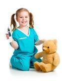 医生女孩使用的和评定的温度玩具 免版税库存图片