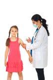 医生女孩现有量疫苗 免版税库存照片