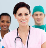 医生女性前面她的常设小组 免版税库存图片