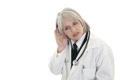 医生女性听成熟 免版税库存照片