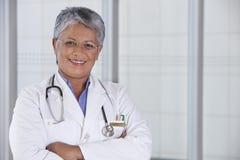 医生女性纵向微笑 免版税库存图片
