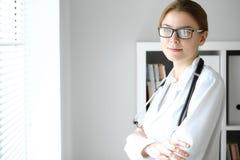医生妇女在工作 女性医师画象在医院办公室 医学和医疗保健概念 图库摄影