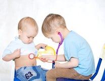 医生孩子使用 免版税库存照片