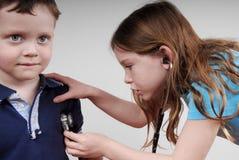 医生孩子使用 免版税图库摄影
