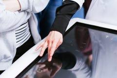 医生审查在屏幕的人体器官 医大一起进行学生的教育 免版税图库摄影
