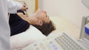 医生审查少妇的喉头用ultrsound设备 影视素材