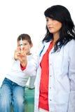 医生对尝试的疫苗的孩子终止 免版税库存图片