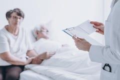 医生对患者的读书报告 免版税库存图片