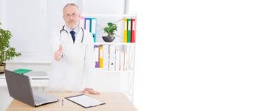 医生展示在医疗办公室喜欢,对待患者、拷贝空间、广告牌或者横幅 免版税库存图片