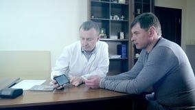 医生展示在手机的一张心电图 股票视频