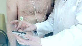 医生展示在手机的一张心电图 股票录像