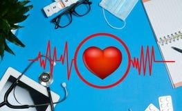 医生工作场所有医疗项目、听诊器和药片的 免版税库存图片