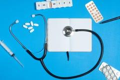 医生工作场所有医疗项目、听诊器和药片的 库存照片