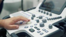 医生工作的特写镜头手在超声波设备的 医护人员用途特别设备 影视素材