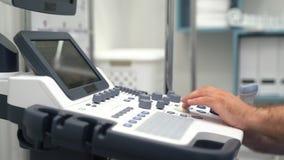 医生工作的特写镜头手在超声波设备的 医护人员用途特别设备 股票视频